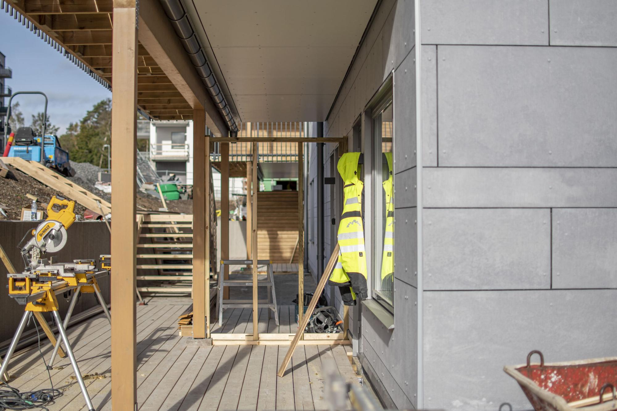 Träterass byggplats. Jacka från GDSB Byggg.