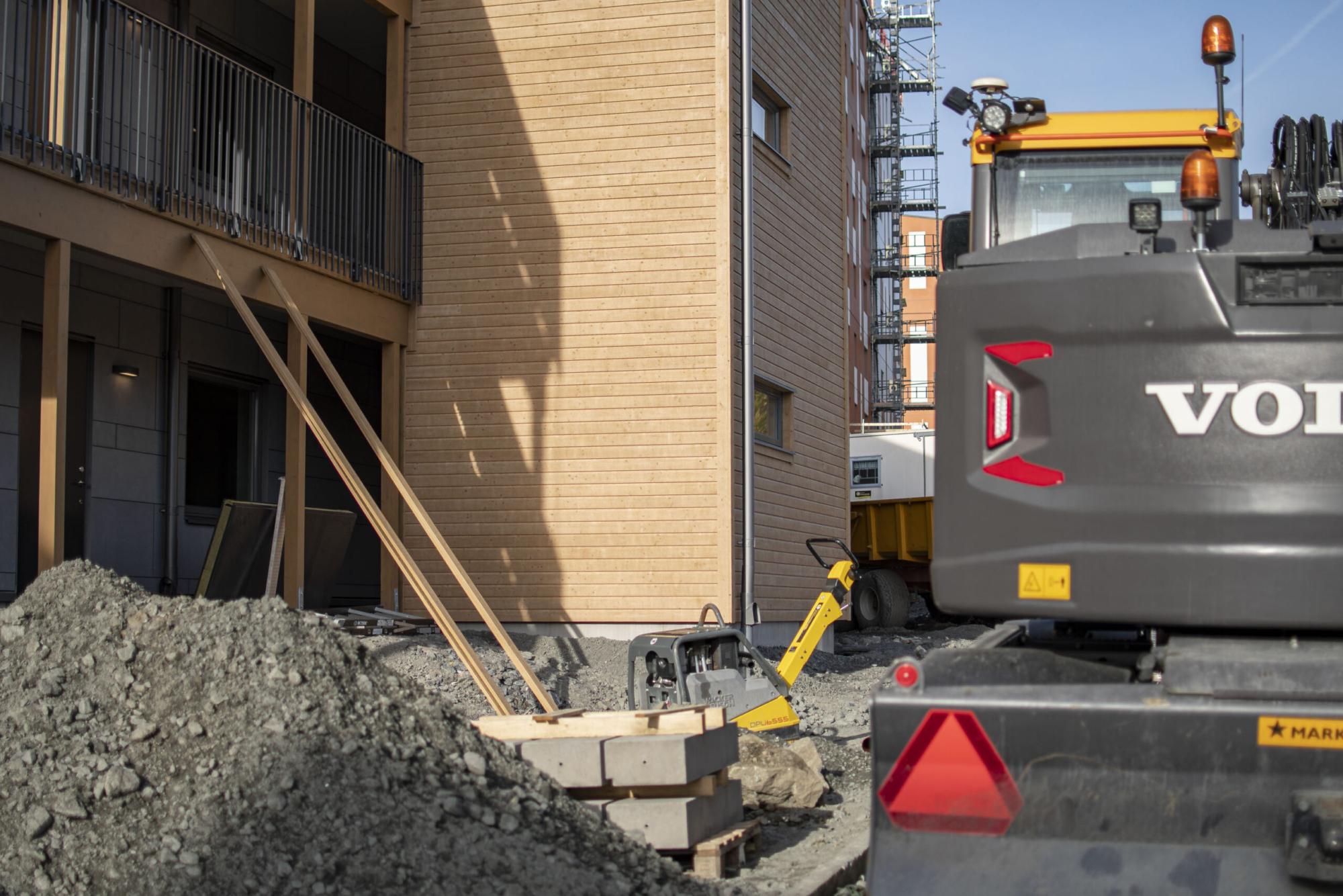 Trapphus i trä under uppbyggnad. Byggarbetsplats.